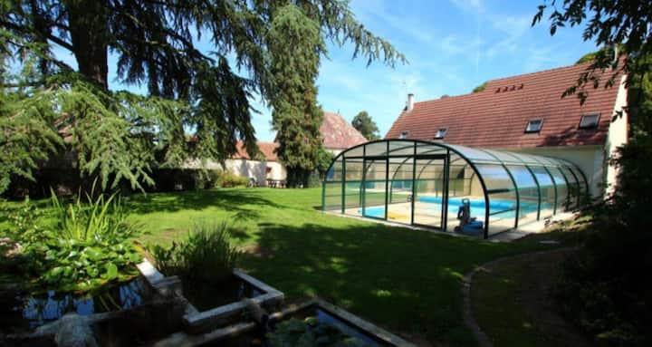 10mn Chartres:  espace spa et piscine.