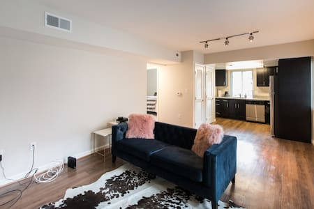 Posh Renovated Apt Close to Downtown DC w/ Parking - Arlington - Apartmen