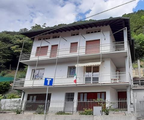 T.P. en tránsito: apartamento con 6 camas, cocina, balcón, baño, parking privado