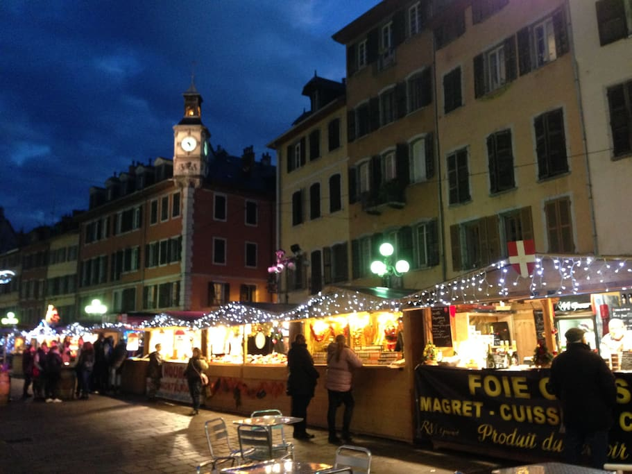 Appartement situé sur la place Saint Leger, au dessus du marché de Noël