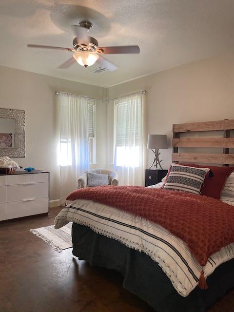 Private studio apartment: Kitchen, laundry, office