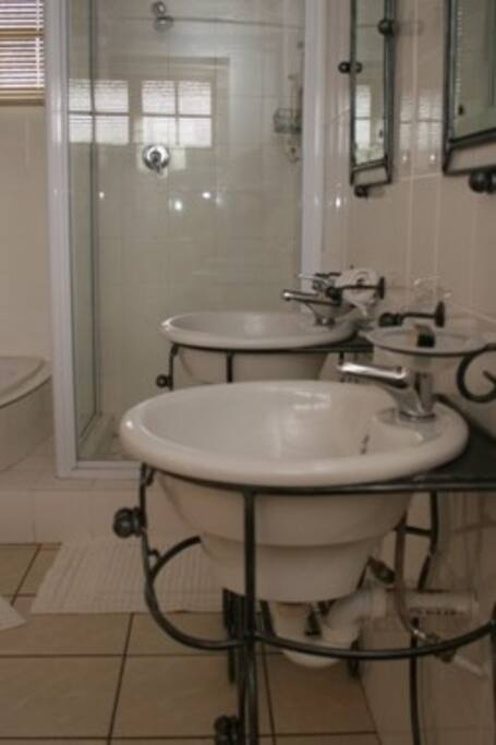 Deluxe Double room with en suite bath/shower and two hand basins