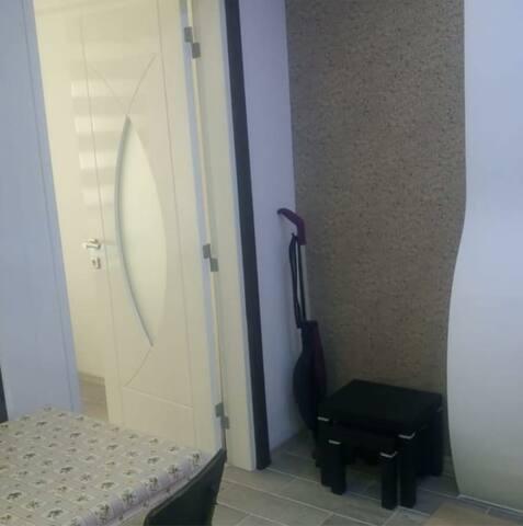 sehpa misafirlerinizi ağırlamak için kullanabilirsiniz.çalışma masası odada mevcuttur.