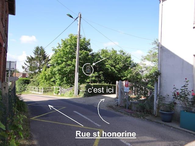 Le chemin de gravier conduit à la propriété où se trouve le gîte. l'enseigne est sur la gauche.