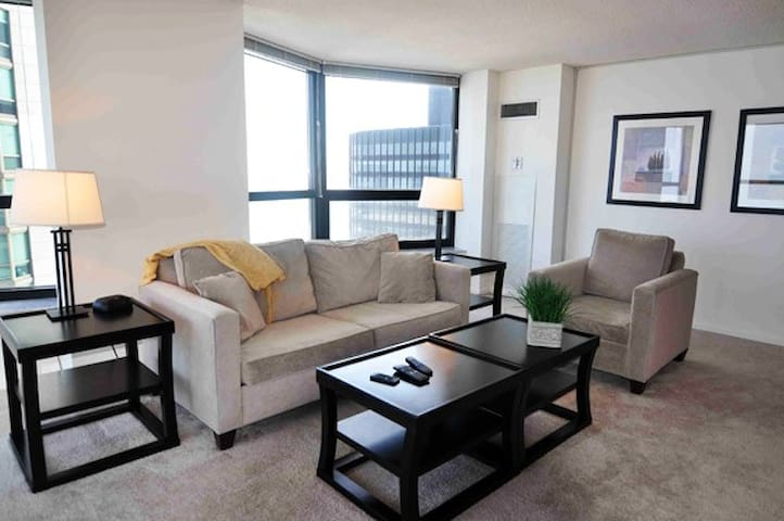 **Gorgeous Magnificent Mile 3br Condo**