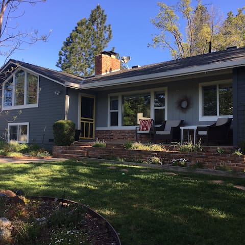 Spacious, Modern, In-Town Charmer - Placerville - Dom