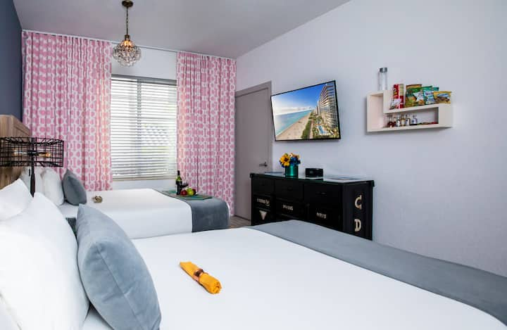 Accommodation with Two Double Beds - Prime Location on Collins Ave, Steps from Ocean Drive and the Beach