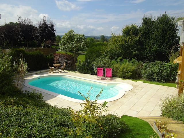 Chambre  tout confort, vue piscine