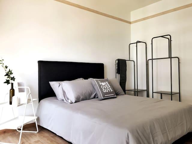 Bedroom (Queen Bed)