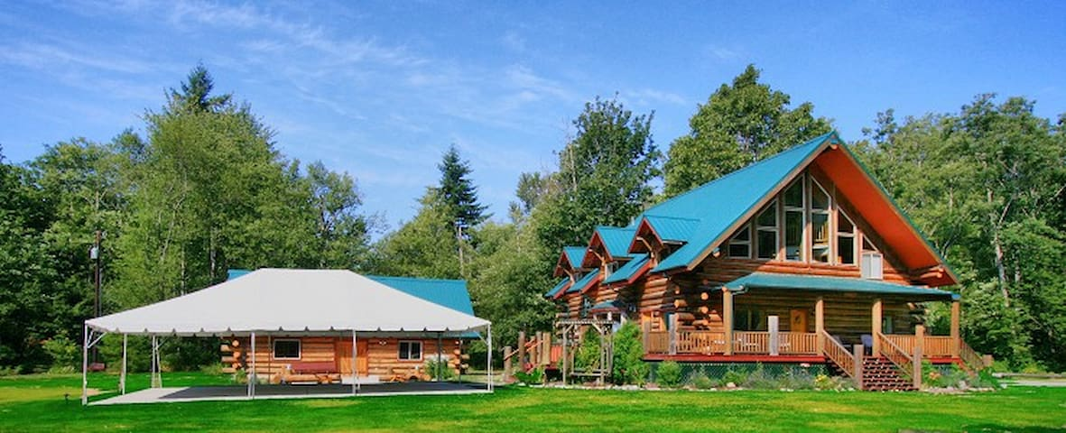 Wallace Falls Log Lodge, 10 view acres, sleeps 28. - Gold Bar - Dom