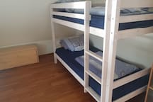 Schlafzimmer mit 2 Einzelbetten und Schreibtisch