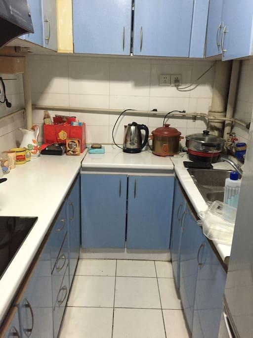 厨房。厨具在壁柜中