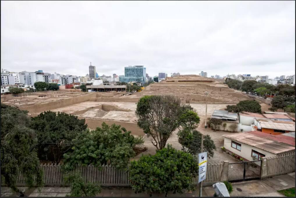 View in front of the building, archaeological center Huaca Pucllana. Vista frente al edificio,centro arqueologico Huaca Pucllana