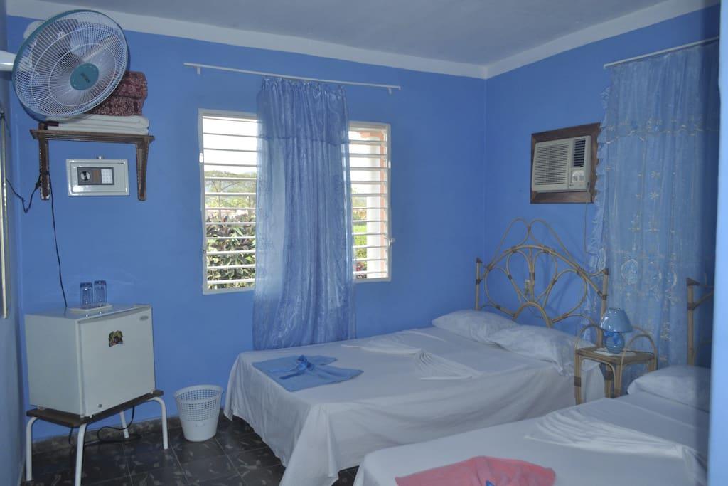 Habitación con minibar, caja fuerte, ventilador y aire