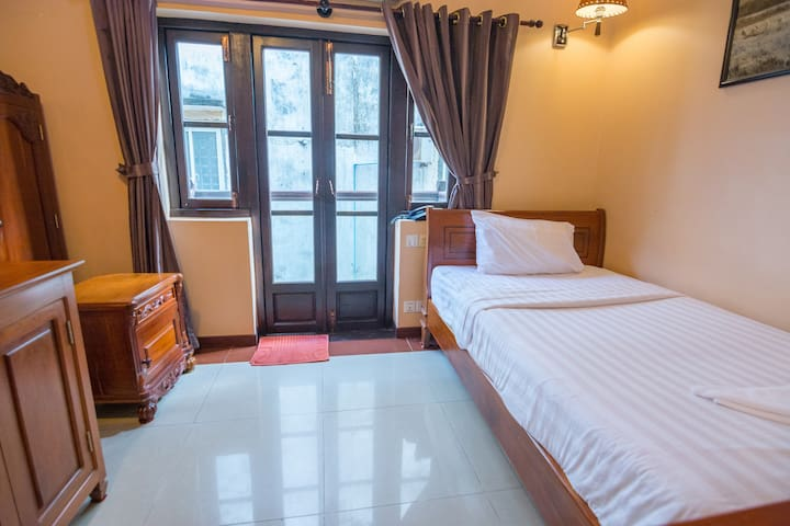 Single Room @ Free Breakfast+Pickup Airport or Bus