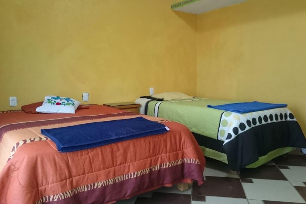 habitacion 2, baño propio, TV, Wifi, entrepaños en planta alta