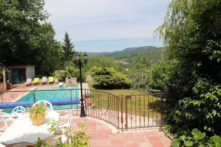 """""""El Patio"""", apartamento con piscina, tranquilo."""