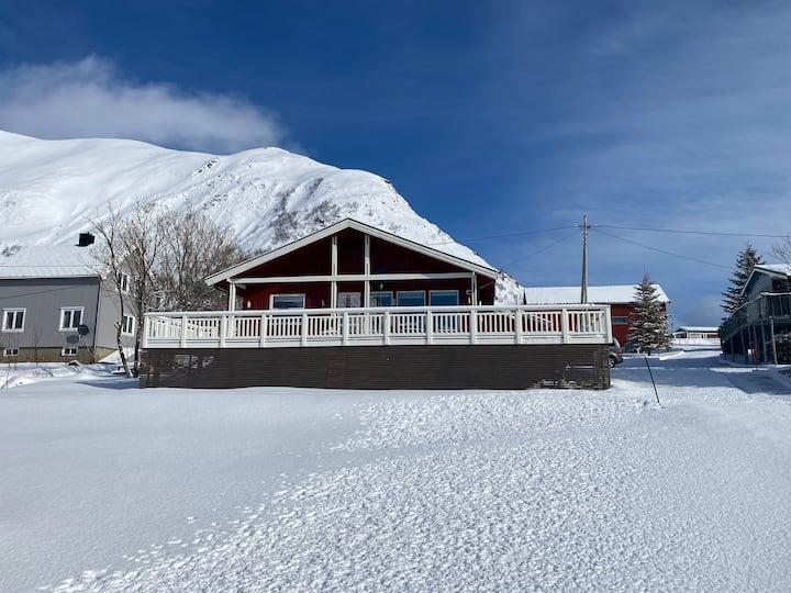 Koselig hus med fantastisk utsikt mot havet.