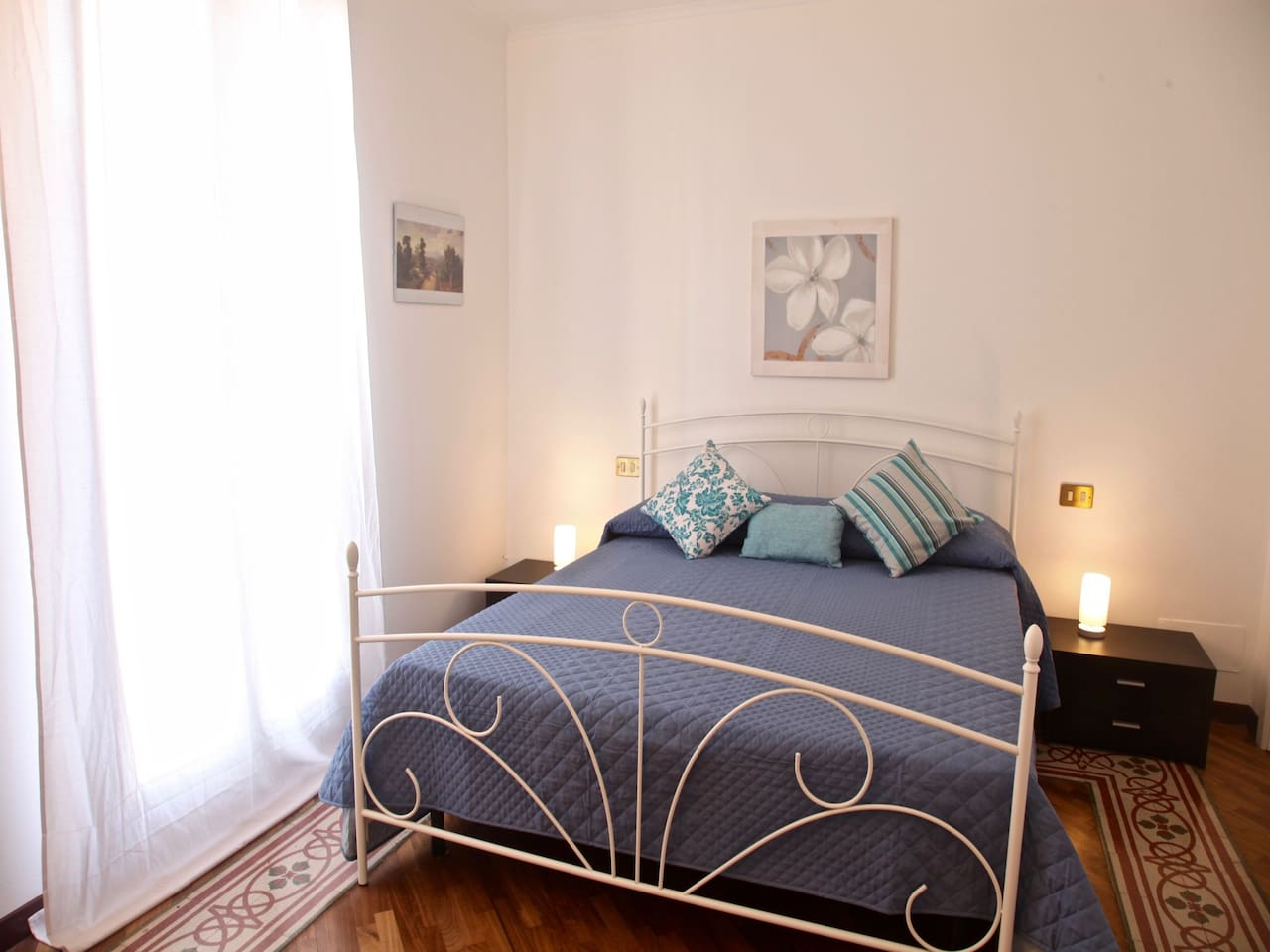 Bedroom 2: king size bed, large window, bedroom interior. Camera da letto 2 : letto matrimoniale, ampia finestra, interno della camera da letto.