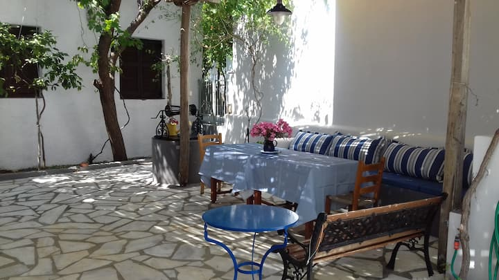Aristea's backyard cottage, next to the beach!