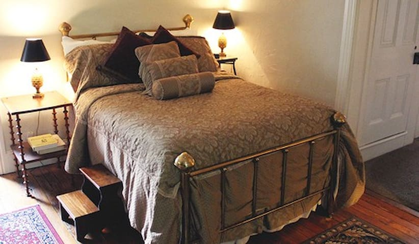 Percy Suite at Faunbrook B&B - West Chester - Bed & Breakfast