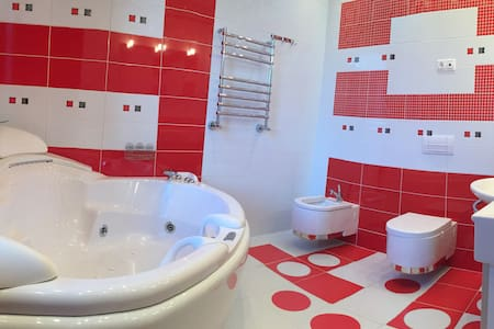 New 2-bedroom with jacuzzi in the city-center - Dnipropetrowsk