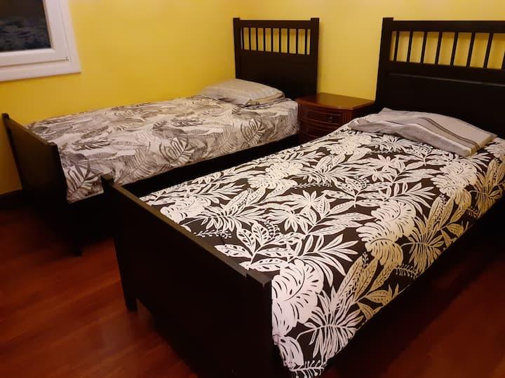 Habitación con dos camas individuales WiFi gratis