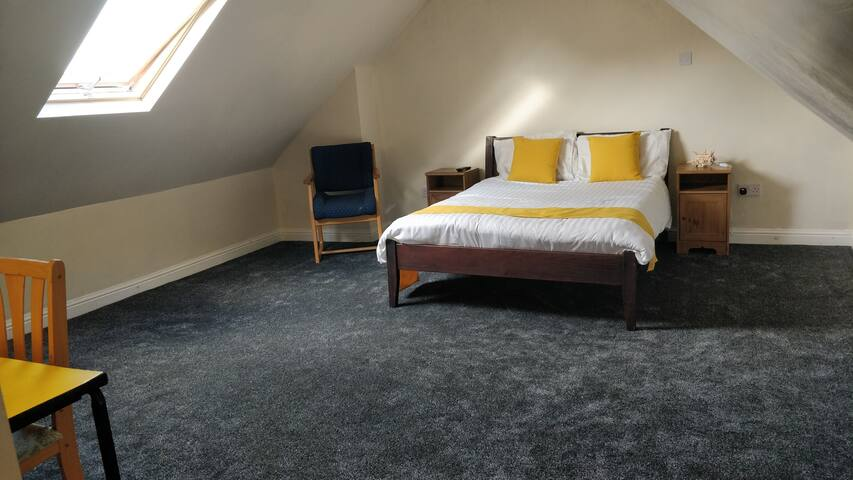 Spacious Attic room near University of Birmingham