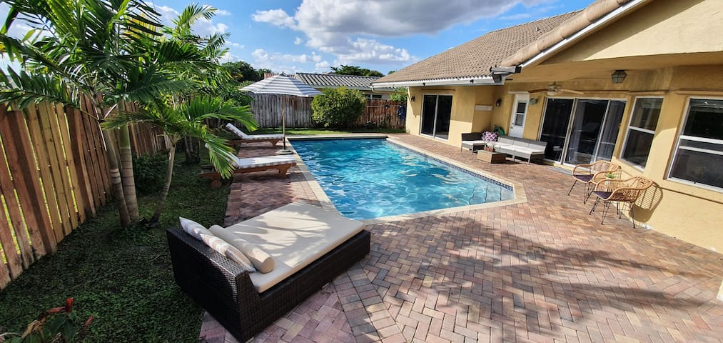 BEACHY 4BR WITH HEATED POOL IN FT LAUDERDALE AREA