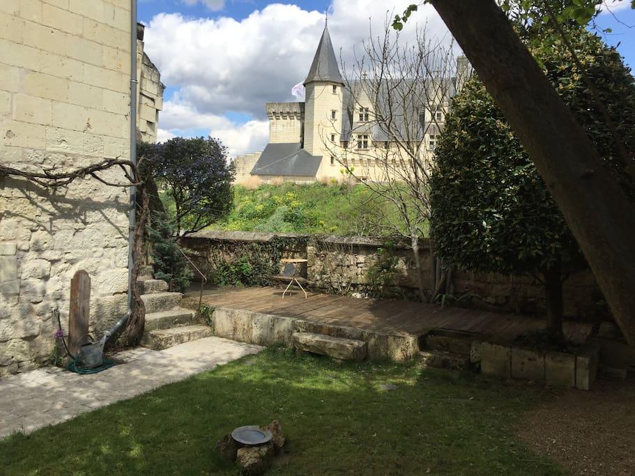 La terrasse avec sa vue imprenable sur le château et la Loire.
