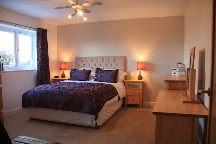 King sized modern bedroom, Falkirk - Whixall - Casa
