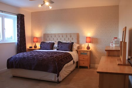 King sized modern bedroom, Falkirk - Whixall - House