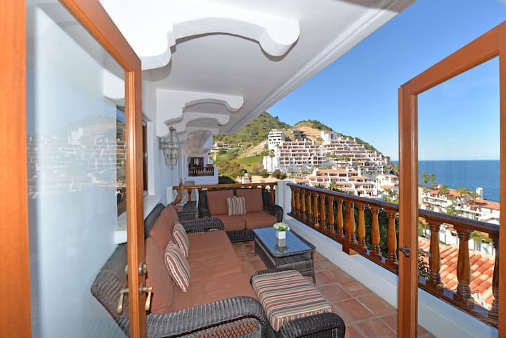 H319 - Luxurious Villa w/ Spectacular Views, Fireplace, Romantic Private Balcony