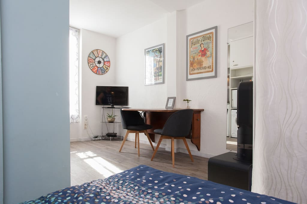 Charming studio in historic center of cannes wohnungen for Yoga studio salon de provence