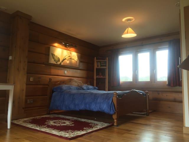 Large en-suite room in rural yet convenient area - Hartley Wintney - Pousada
