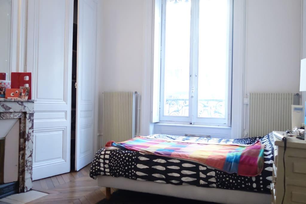 Chambre 1 (parquet + volets électriques)