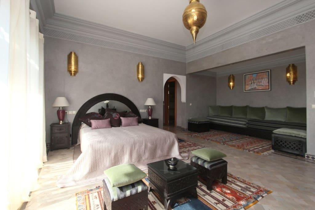 Capacité maximale : 2 personnes Superficie : 28m² Type de lits : 1 grand lit 2 places (dimensions 160x200cm) Etage : 1er étage – terrasse et balcon Vue sur jardin et piscine et Atlas Salle de bains : douches, toilettes