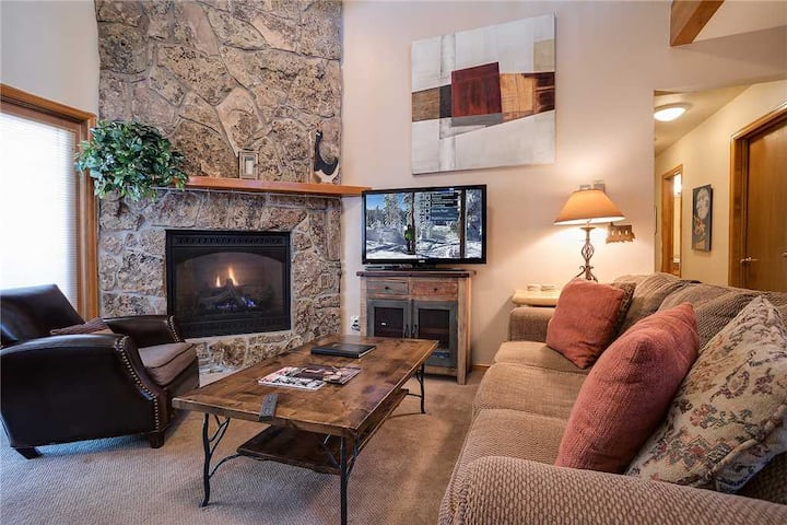 P302D by Pioneer Ridge: Great Views + Free City Bus + Walk to Yampa River + Community Hot Tubs