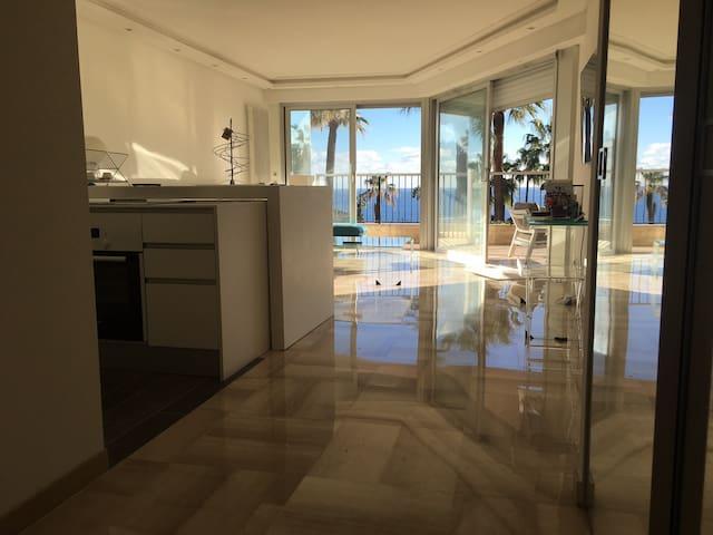 Studio design vue sur mer à 10 minutes de Cannes