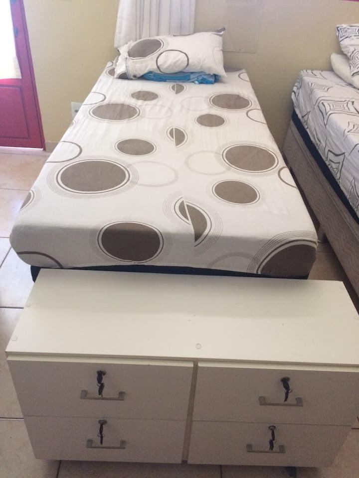 Quarto de solt. compartilhado c/2 camas solteirão.