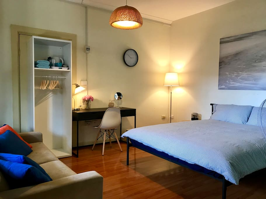 Airy and super comfortable Queen Room, locatedted just 220 metres walking from Bankstown train station. Ideally for couples with young children.