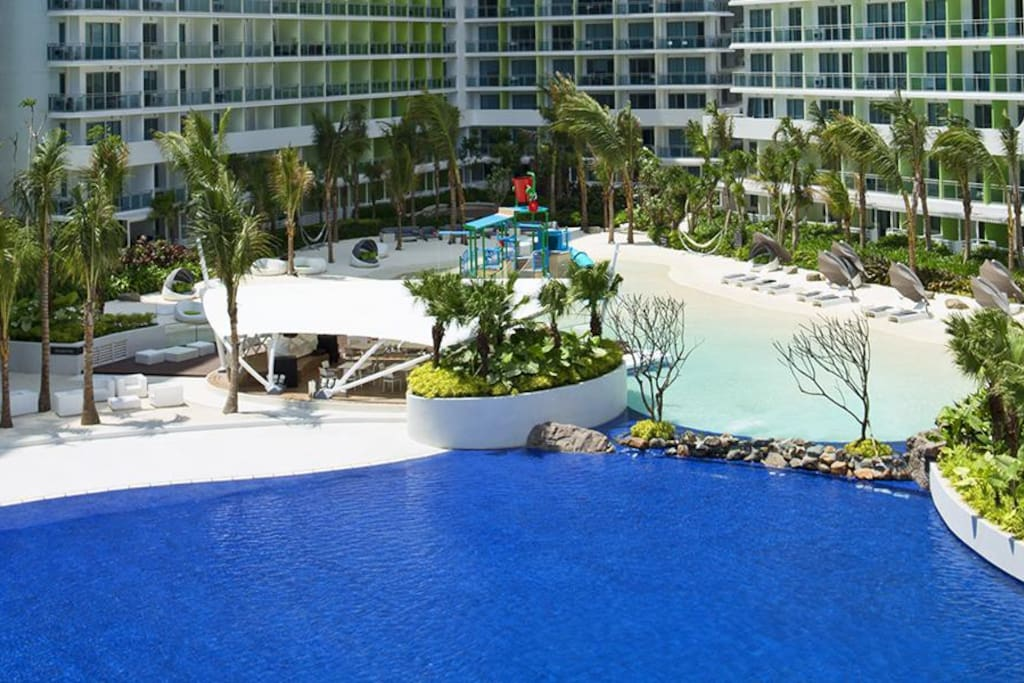 Wave pool with white sand