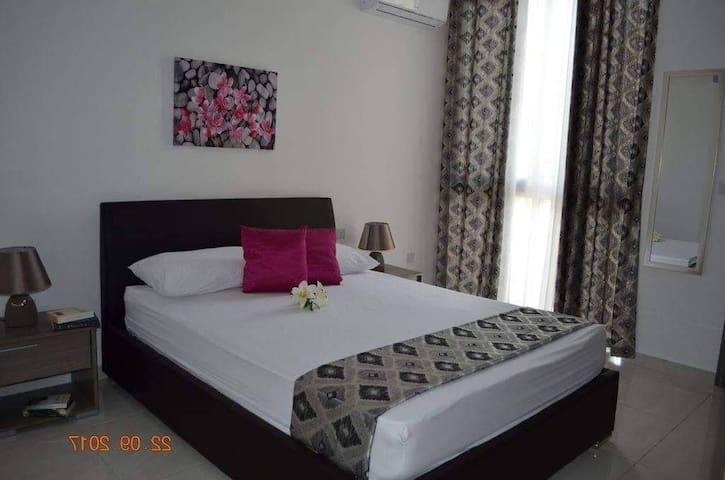 Room in Modern Apartment with Private Bathroom!!!
