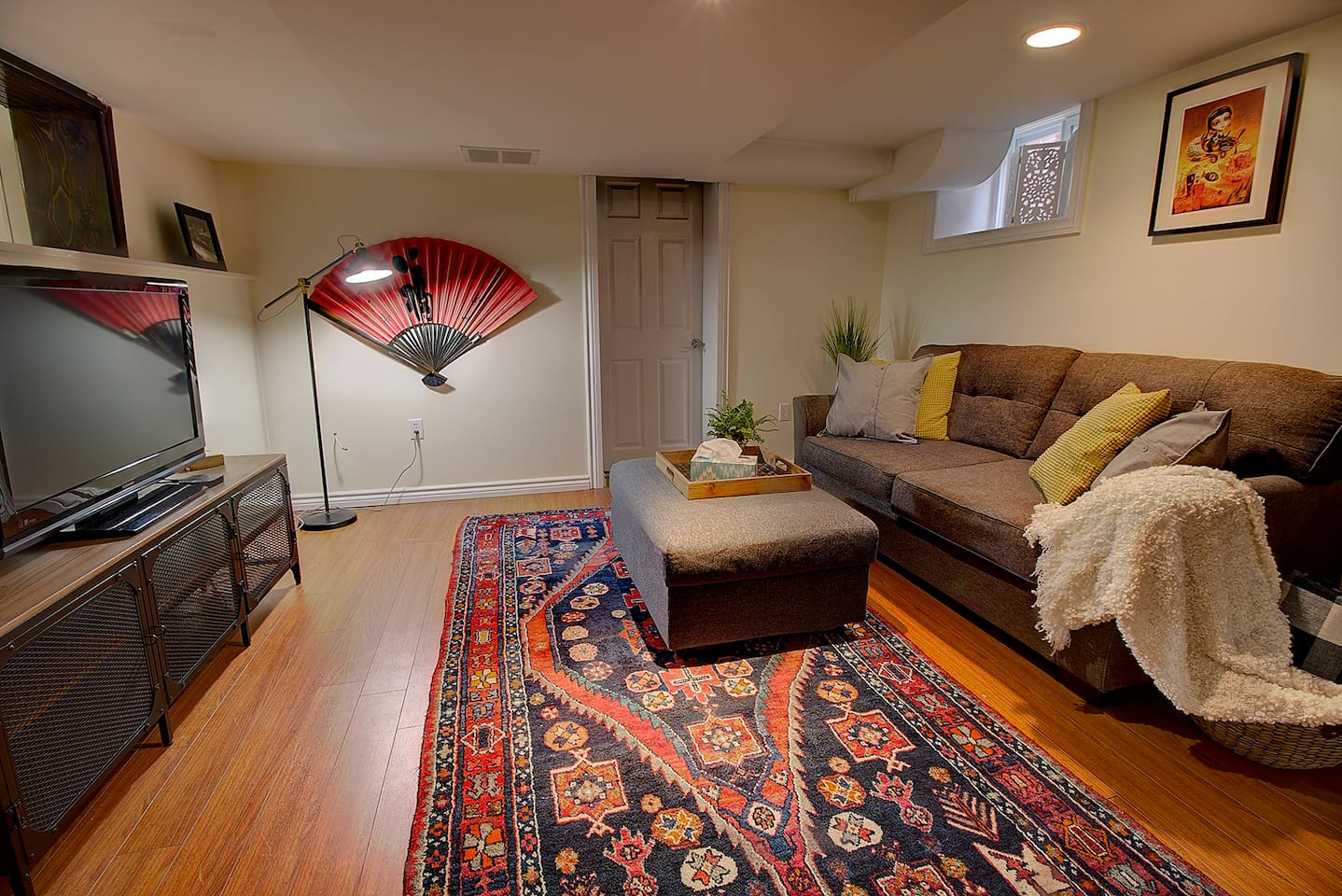 Living room with queen size pull out couch.