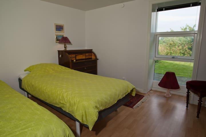 Et roligt soveværelse   med to senge som kan sættes sammen et een stor. Sig i fred og skiv et brev ved chartollet