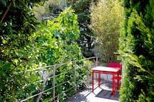 Terrasse privative donnant sur un vallon