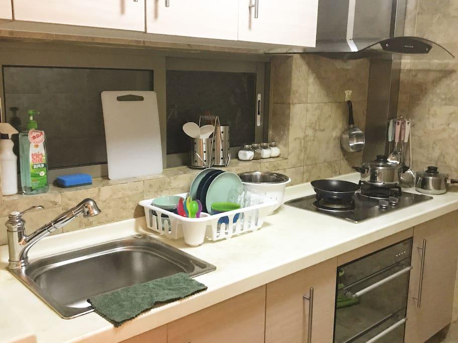 厨房 洗碗池左侧是洗衣机、微波炉和电饭煲