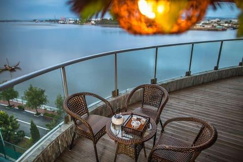单间卧室~月亮岛~270度观景阳台,住一间卧室私享50平米露天观景阳台和50多平米的餐客厅等等~