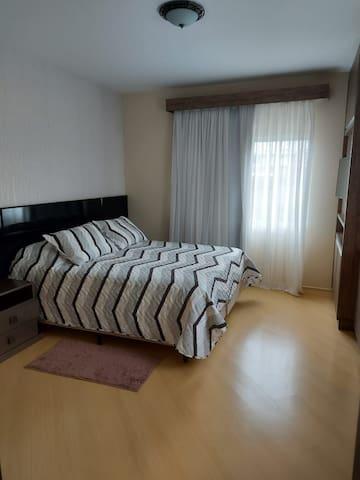 Suíte Araucaria - 1 cama casal queen, armário e e TV e wi-fi.
