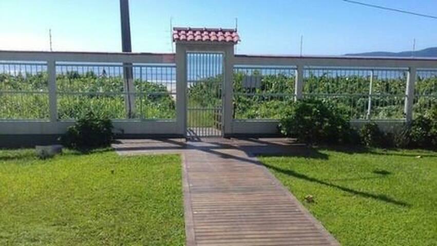Apartamento em Condomínio frente Mar, Meia Praia.